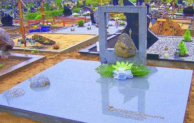 Memorialinė kompozicija  ,, Gyvenimo kelias kaip upes tekme..-kapo danga, riedulys , skulptura -.