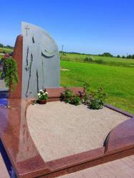 Paminklas   kapinėse-  skulptūra  iš nerūdijančio plieno