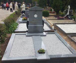 Klasikinis paminklas Romainių kapinėse- suomiškas granitas ,