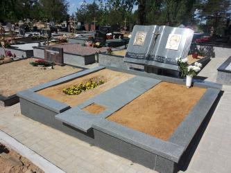 Paminklas   kapinėse- suomiškas granitas ,bronziniai bareljefai. Vilnius.