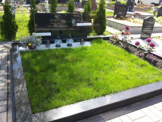 Paminklas   kapinėse- juodas  granitas ,bronzinės raidės,-  stiklas , portretas
