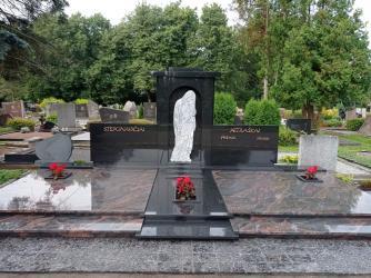 Paminklas iš granito - kapo danga , bareljefas , bronzinės raidės
