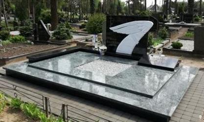 Paminklas   kapinėse-  granitas , - kapo danga - skulptūra - bronzinės raidės-- marmuras. Kaunas