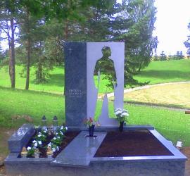 Tragiskai zuvusio Andriaus Proksos antkapinis paminklas Vilniuje  , granitas , nerudijantis plienas ..