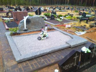Paminklas   kapinėse- suomiškas granitas ,bronzinės raidės,-Angelo skulptūra. Druskininkai