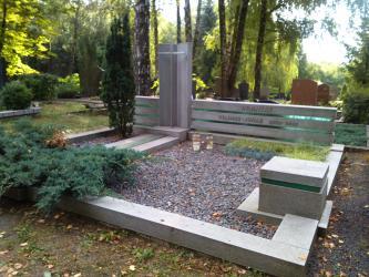 Paminklas   kapinėse- suomiškas granitas ,stiklas