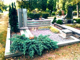 Paminklas  architektui  Jonui  Vilimui - suomiškas granitas , grūdintas stiklas,