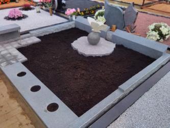 Paminklas   kapinėse- suomiškas granitas , Drugelio skulpturėlė.