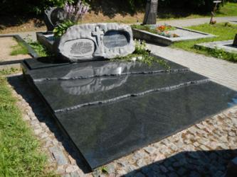 Paminklas   kapinėse-  granitas , - kapo danga -
